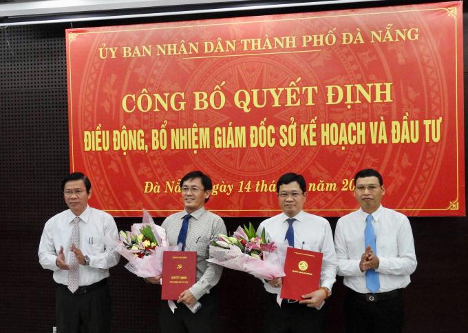 Ông Trần Văn Sơn (thứ 2, từ trái qua phải) được điều động làm Phó ban Nội chính Thành uỷ, còn ông Trần Phước Sơn (thứ 2, từ phải qua trái) giữ chức Giám đốc Sở KH&ĐT TP. Ảnh: K.K.