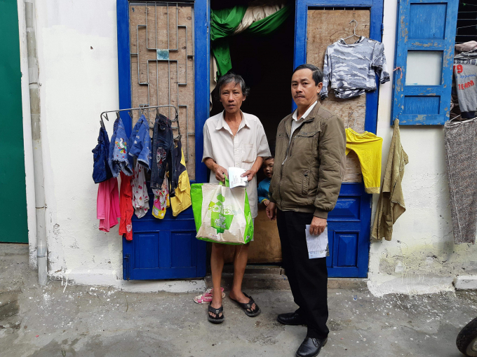 Các hộ dân gặp hoàn cảnh khó khăn được trao tặng nhu yếu phẩm.