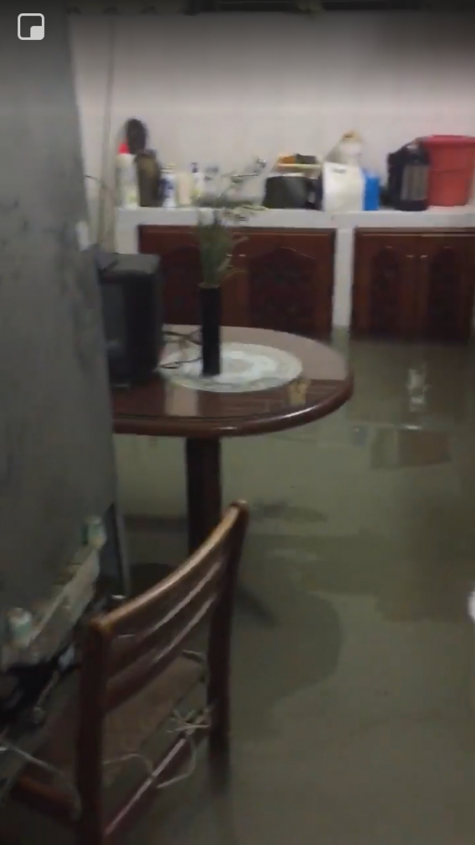 Nước ngập sâu dưới tầng 1 một căn nhà vào lúc rạng sáng 9/12.