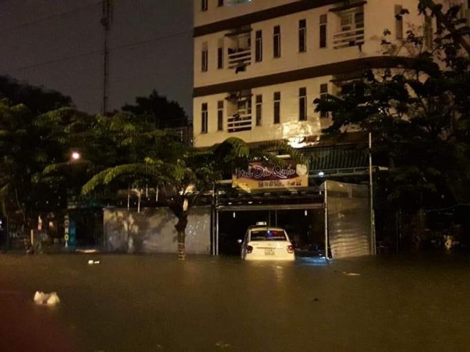 Chỉ sau một đêm mưa lớn đến rạng sáng 9/12, TP Đà Nẵng ngập trong biển nước.