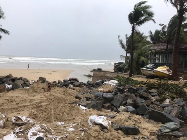 Khu vực cửa xả Mỹ An, quận Ngũ Hành Sơn bị hư hại do nước mưa đổ về với khối lượng lớn trong những ngày vừa qua.
