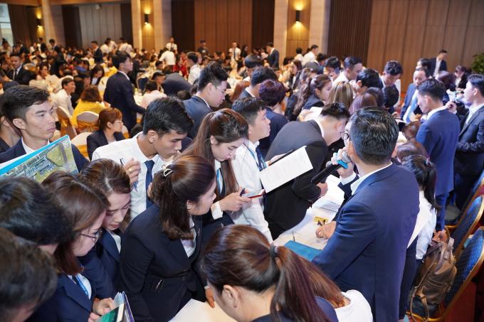 Khách hàng hào hứng khi hàng loạt dự án tại Đà Nẵng, Quảng Nam, Quảng Ngãi được giới thiệu tại sự kiện.
