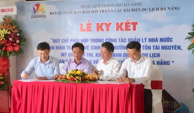 Tr ưởng ban quản lý Bán đảo Sơn Trà và các bãi biển du lịch TP Đà Nẵng Nguyễn Đức Vũ (trái) ký kết lãnh đạo các quận trong quy chế phối hợp.