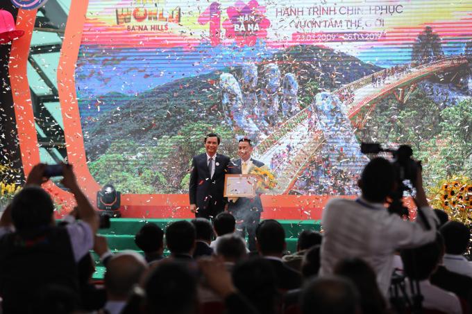 Phó Chủ tịchUBND TP Đà Nẵng Trần Văn Miên (trái) trao tặng bằng khen cho ông Nguyễn Lâm An - Giám đốc Sun World Ba Na Hills.