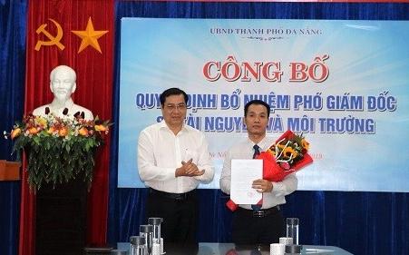 Ông Đinh Quang Cường (phải) được bổ nhiệm làm Phó Giám đốc Sở Tài nguyên và Môi trường TP Đà Nẵng (Ảnh: danang.gov.vn).