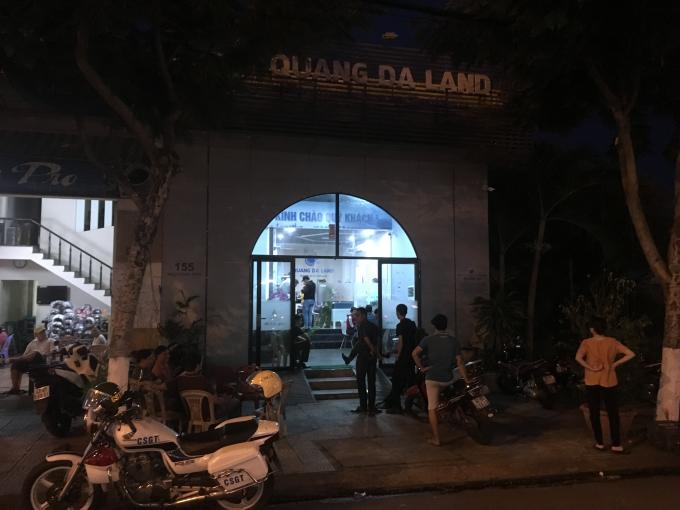 Công an tiến hành khám xét trụ sở công ty Quảng Đà Land vào tối 3/4.