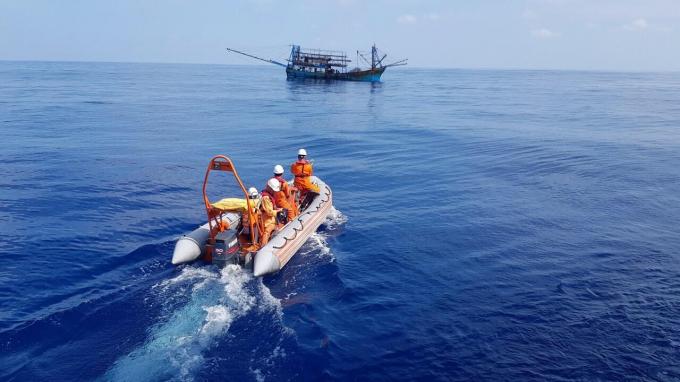 Thuyền viên tàu cứu hộ SAR 412 tiếp cận tàu có thuyền viên gặp nạn. Ảnh: Danang MRCC.
