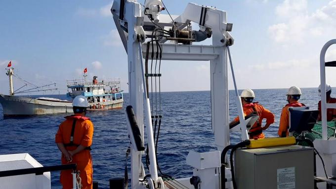 Sau bốn tiếng nhận tin báo, tàu cứu hộ SAR 412 đã kịp thời có mặt để đưa thuyền viên về bờ.