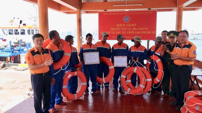 Bảy thuyền viên tàu cá được đưa về bờ an toàn.