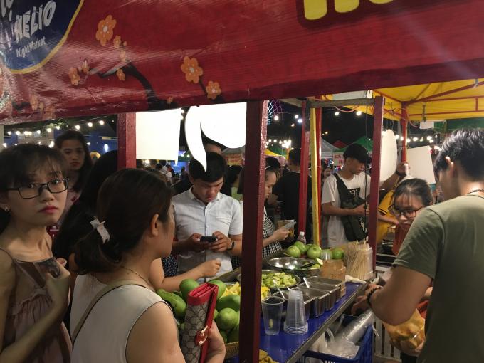 Vào buổi tối, khu vực vui chơi tại Helios, Sun Word Danang Wonders tại công viên 2/9 cũng thu hút du khách nhờ không gian ẩm thực đa dạng và bắt mắt.