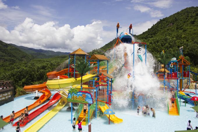 Trong thời điểm đầu hè, công viên nước tại khu vực Công viên suối khoáng nóng Núi Thần Tài (huyện Hoà Vang, TP Đà Nẵng) là điểm thu hút du khách, người dân vui chơi trong dịp nghỉ lễ 30/4 -1/5.