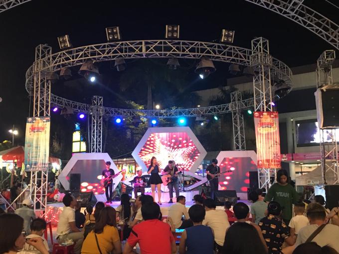 Chương trình ca nhạc khiến khu vực vui chơi tại Helios Center thêm nhộn nhịp.