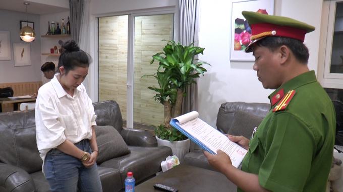 Công an đọc lệnh khởi tố đối tượng Hồ Cẩm Uyên (Ảnh CATP ĐN)