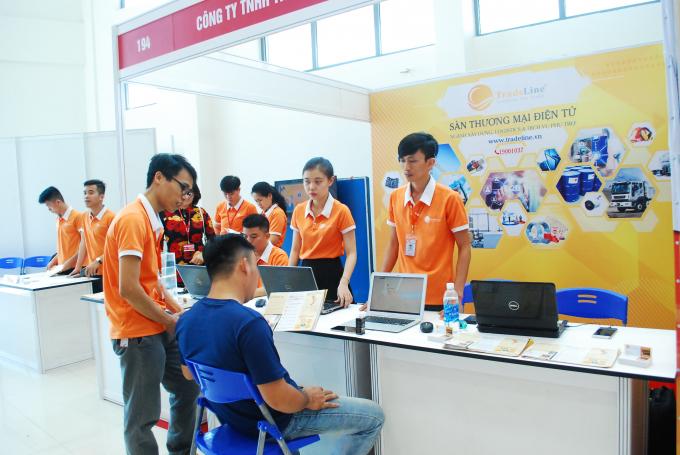 Khách hàng tham khảo thông tin tại Sàn thương mại điện tử Tradeline phục vụ riêng cho ngành xây dựng, trang trí nội thật