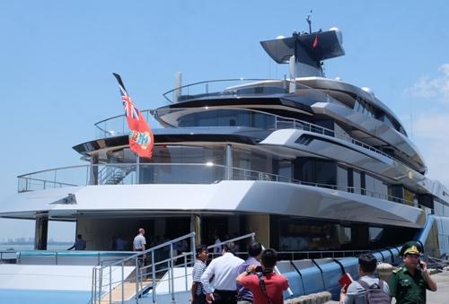Siêu du thuyền Aviva của Joe Lewis đang cập bến cảng Tiên Sa Đà Nẵng