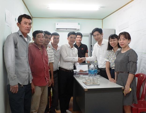Lãnh đạo Sở VH-TT thành phố khen thưởng nhóm công nhân phát hiện súng thần công