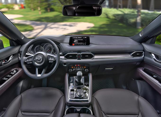 Mazda CX-8 có nhiều công nghệ mới như: ga tự động tích hợp radar, hỗ trợ người lái tập trung và cảnh báo vật cản phía trước, hỗ trợ phanh thông minh và nhiều tính năng vượt trội khác.