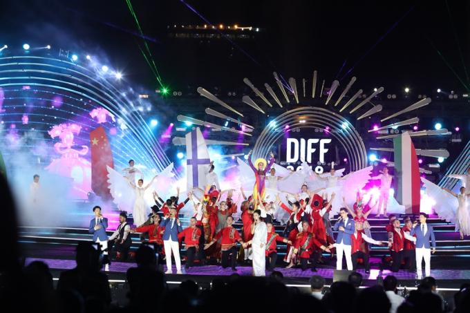 Các tiết mục nghệ thuật được dàn dựng công phu để phù hợp với chủ đề của lễ hội.