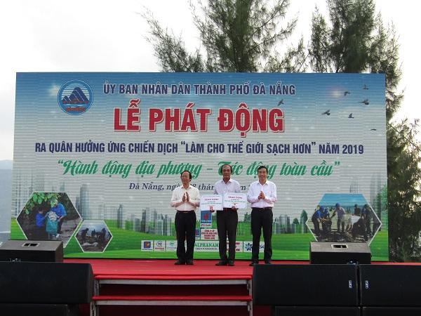 """Chiến dịch """"Làm cho thế giới sạch hơn"""" diễn ra sáng 28/9 tại bãi biển Sơn Trà, Đà Nẵng."""