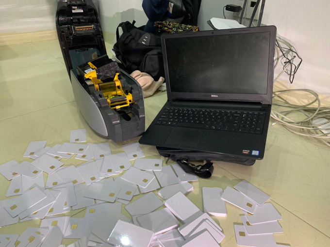 Tại nơi nhóm đối tượng Mông Cổ tạm trú, cơ quan công an 1 máy vi tính, 1 máy in thẻ card, 154 phôi thẻ card trắng, 86 phôi thẻ card trắng có gắn chip.
