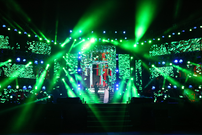 Hai bờ sông Hàn được thắp sáng dưới ánh đèn sân khấu cùng những bài hát chào đón mùa xuân đang về khắp nơi trên đất nước.