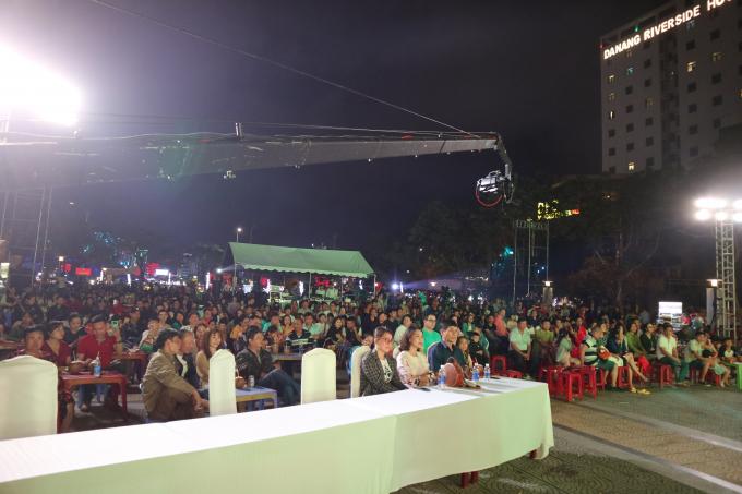 Chương trình âm nhạc do Nhà hát Trưng Vương Đà Nẵng tổ chức thu hút đông đảo người dân và du khách trong ngoài nước theo dõi từ đầu đến cuối.