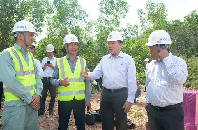 Ông Nguyễn Đức Tuyển (thứ hai, từ phải qua trái) trên công trường thi công dự án đường dây 500kV mạch 3.