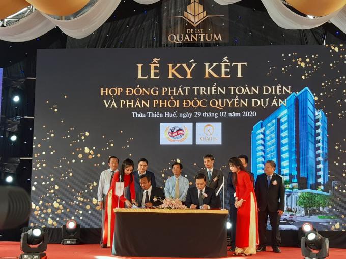 Chủ đầu tư Minh Linh Group (trái) ký kết hợp đồng phát triển toàn diện và phân phối độc quyền dự án cùng Khải Tín Group.