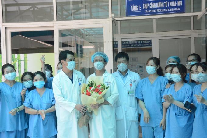 Lãnh đạo Bệnh viện Đà Nẵng chúc mừng đội ngũ y, bác sỹ.