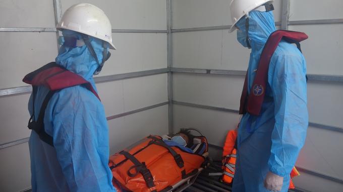 Ngư dân Thành được đưa về bờ kịp thời chữa trị, trong khi tàu SAR 412 đảm bảm an toàn trong phòng chống dịch Covid-19.