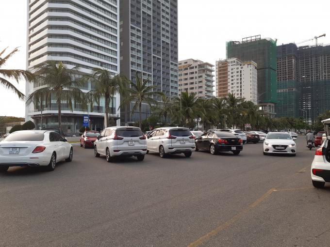Bãi đậu xe tại các bãi tắm cũng đông nghẹt xe hơi, khi nhiều gia đình tại các địa phương khác đi du lịch cùng gia đình vào Đà Nẵng dịp này.