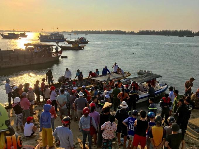 Cơ quan chức năng tỉnh Quảng Nam đang tìm kiếm 5 nạn nhân mất tịch vụ lật thuyền trên sông Thu Bồn.