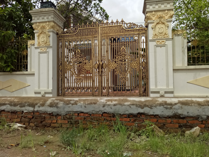 Nhiều cánh cổng không thể mở vì vướng rãnh thoát nước