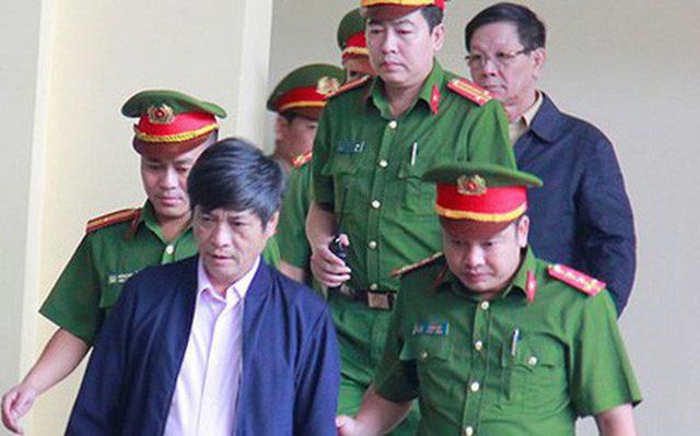 Cựu Trung tướng Công an Phan Văn Vĩnh, Thiếu tướng Nguyễn Thanh Hoá đang được dẫn tới tòa.(Nguồn ảnh: Báo Dân trí)