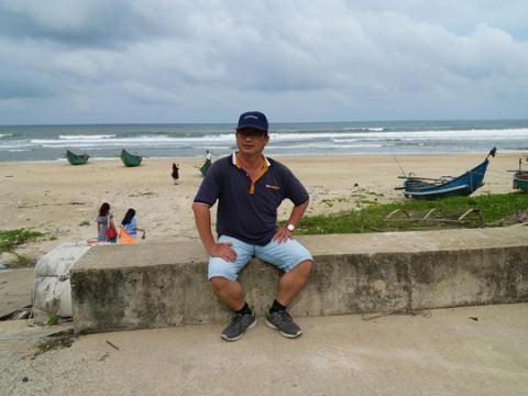 Ông Dương chụp ảnh kỷ niệm trong chuyến du lịch cách đây không lâu cùng người thân (Ảnh NLĐ)