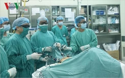 Các bác sĩ phẫu thuật cho bệnh nhân