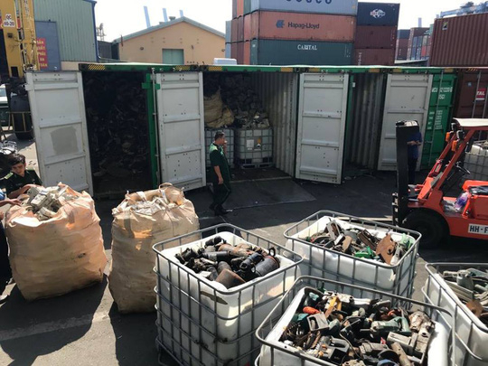 Cơ quan chức năng đã mở 20 container để kiểm tra sáng 6/12 .Ảnh:S.Nhung