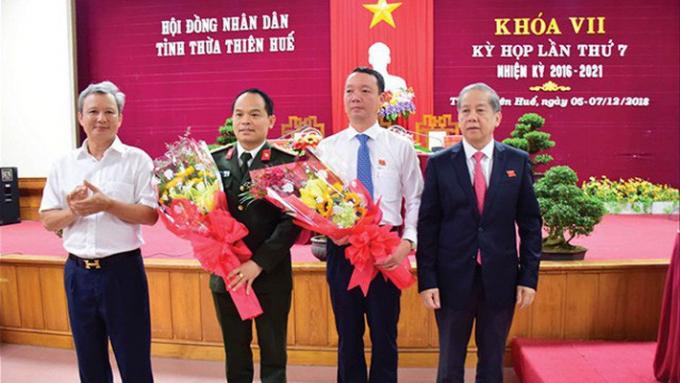Lãnh đạo tỉnh Thừa Thiên Huế chúc mừng các cá nhân vừa được bầu vào chức vụ mới.