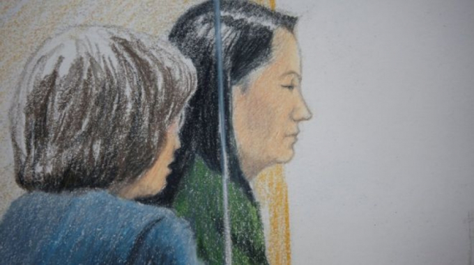 """Bản phác thảo của tòa án về bà bà Mạnh Vãn Chu trong phiên điều trần tại ngoại tại Vancouver, Canada. (Nguồn: BBC)  Trước đó, ngày 7/12, Tập đoàn công nghệ khổng lồ của Trung Quốc Huawei đã phủ nhận việc gây ra mối đe dọa an ninh. Huawei khẳng định tập đoàn này chưa từng được bất cứ chính phủ nước nào đề nghị tiến hành các vụ bí mật xâm nhập hệ thống mạng bằng """"cửa sau"""".  Tuyên bố trên được đưa ra sau khi cao ủy EU phụ trách vấn đề công nghệ Andrus Ansip cho rằng, EU phải lo ngại về các hoạt động của Huawei. Tập đoàn công nghệ Trung Quốc nhấn mạnh: """"Chúng tôi kiên quyết phản đối mọi cáo buộc cho rằng Huawei gây ra một mối đe dọa về an ninh. Huawei chưa từng được bất cứ chính phủ nước nào đề nghị xây dựng các hệ thống cửa sau hay can thiệp mạng máy tính. Chúng tôi cũng không bao giờ dung thứ các nhân viên của mình có những hành động như vậy"""".  Trước đó cùng ngày, hai nguồn thạo tin cho biết, Huawei đã đồng ý giải quyết những vấn đề an ninh được đề cập trong một báo cáo của chính phủ Anh đầu năm nay."""
