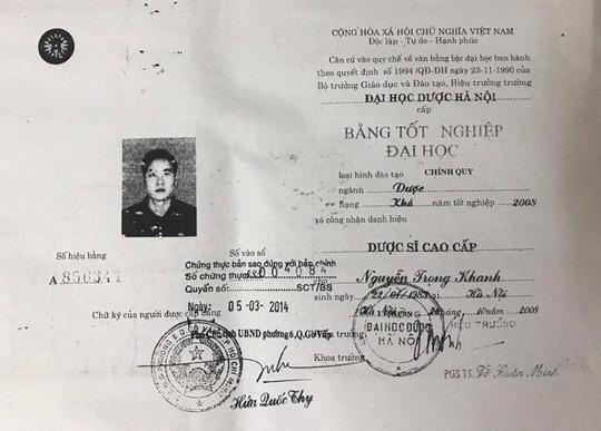 Văn bằng tốt nghiệp của ông Nguyễn Trọng Khanh bị nghi ngờ là giả  Theo hồ sơ, ông Nguyễn Trọng Khanh sinh năm 1983, trú tại Hà Nội. Ông Khanh có bằng Dược sĩ cao cấp hạng Khá, số văn bằng A856341 cấp năm 2008.  Tuy nhiên, ngày 29-11-2018, Trường Đại học Dược Hà Nội đã có văn bản 698/DHN - ĐT, trả lời về việc xác minh văn bằng tốt nghiệp, trong đó khẳng định Trường Đại học Dược Hà Nội khẳng định