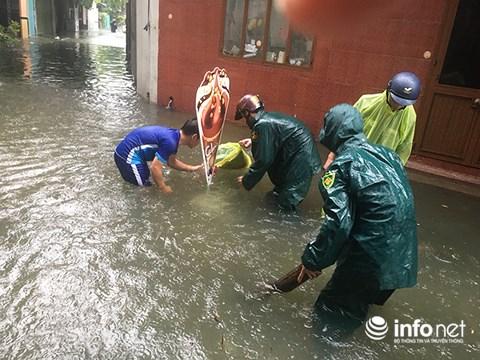 Lực lượng dân phòng phường Tân Chính (quận Thanh Khê, Đà Nẵng) giúp khơi thông cống rãnh để giảm ngập lụt tại các khu dân cư trên địa bàn phường do mưa lớn từ đêm 8/12 đến trưa nay 9/12. (Ảnh: HC)