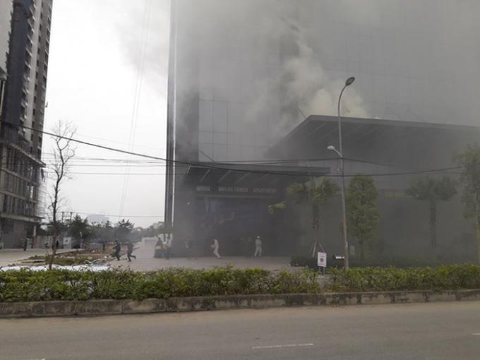 Nhân viên của tòa nhà được lực lượng CNCH hướng dẫn thoát nạn an toàn