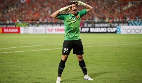 Kiểu chào nhà binh của Đặng Văn Lâm gợi nhớ đến hình ảnh ăn mừng bàn thắng của tiền vệ tài hoa Nguyễn Hồng Sơn.