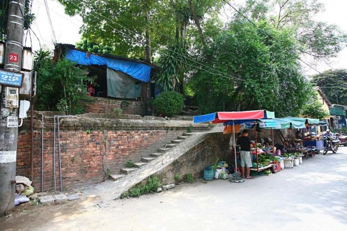 Xây nhà ở thượng thành có cả cầu thang đi lên -đường Ông Ích Khiêm, khu vực Đông Nam giữa cửa Thượng Tứ và cửa Đông Ba.