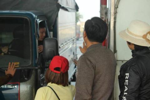 Người dân hướng dẫn tài xế đi qua trạm BOT Bắc Thăng Long không phải trả phí vì trạm đang xả.