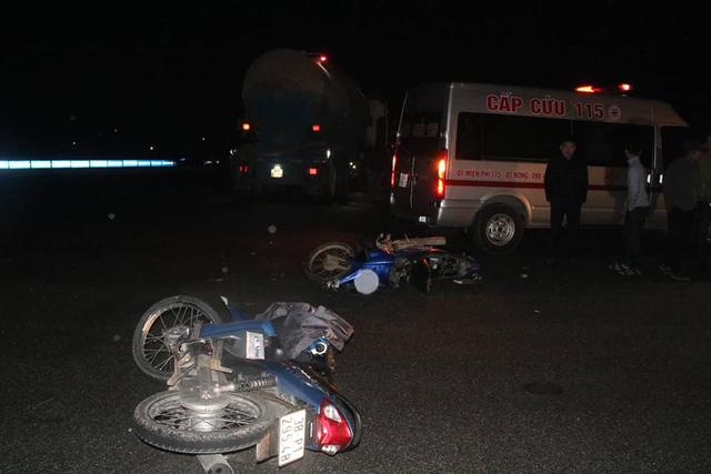 Cú va chạm mạnh khiến người điều khiển chiếc xe máy BKS 38P1-295.48 tử vong tại chỗ. Người điều khiển xe máy BKS 38F9-7533 bị thương nặng được đưa đi viện cấp cứu.