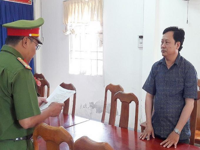 Ông Phạm Phương Đông nghe đọc lệnh bắt- Ảnh CTV.