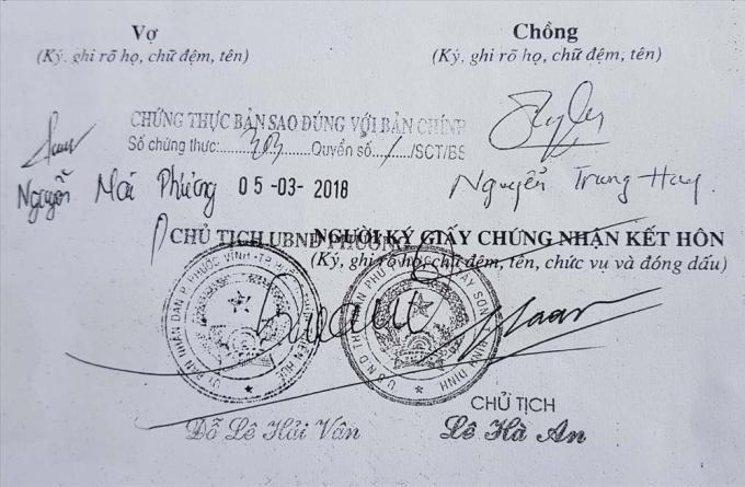 Chữ ký ông Chủ tịch và con dấu của Ủy ban mà các đối tượng làm giả trong Hồ sơ ghép tạng (dưới); và chữ ký con dấu do UBND Thị trấn Phú Phong gửi để đối chứng. Ảnh: H.Q.