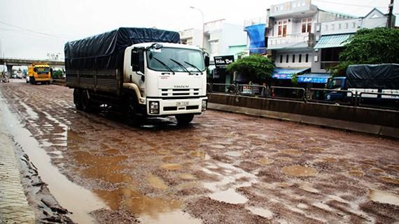 """Nhiều điểm trên tuyến QL1A đoạn qua địa phận tỉnh Bình Định xuất hiện dày đặc những """"ổ gà"""", """"ổ voi""""."""