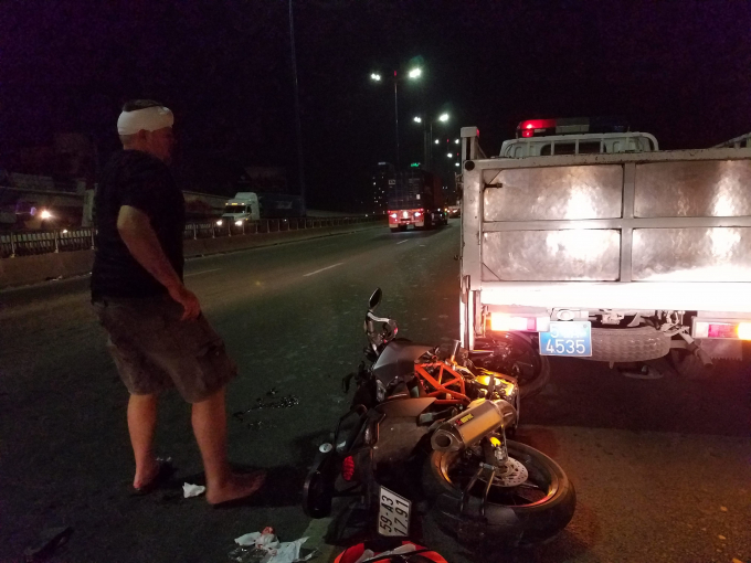 Đôi nam nữ người nước ngoài đi mô tô tông vào đuôi xe công an khiến trọng thương. Ảnh: C.T.